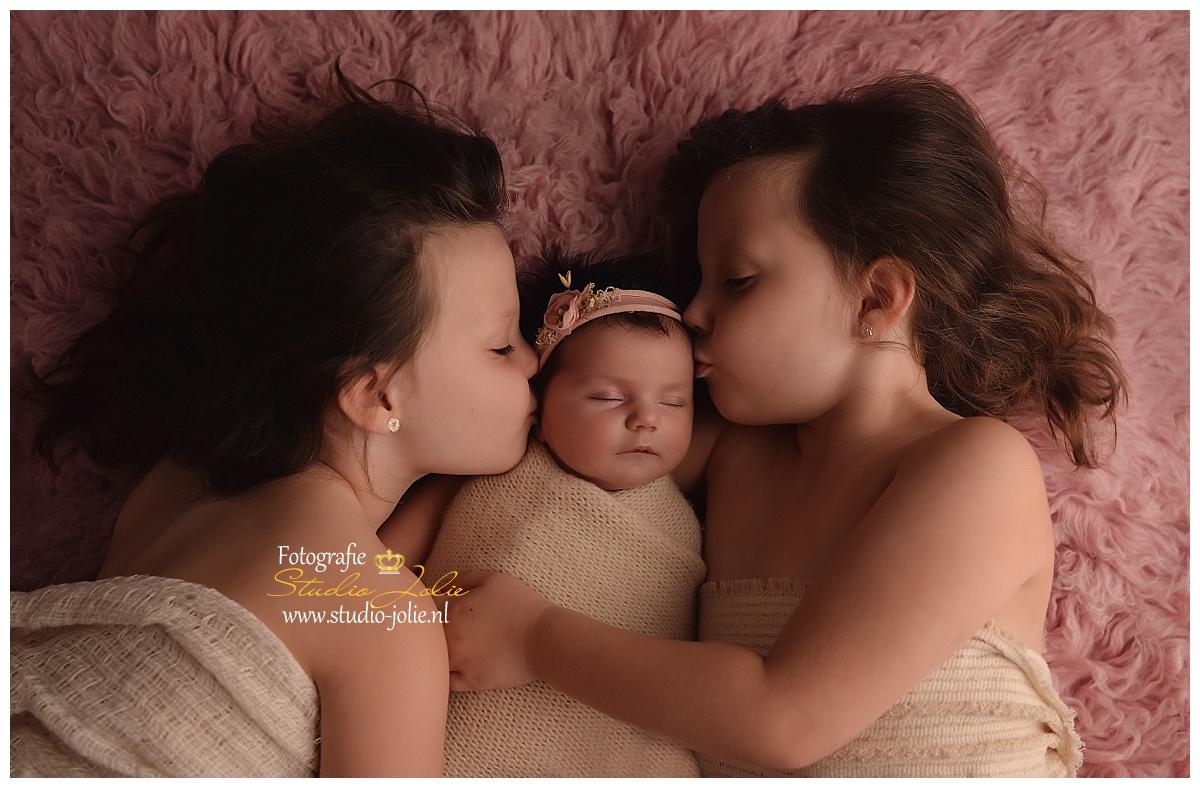 newbornshoot met zus.jpg