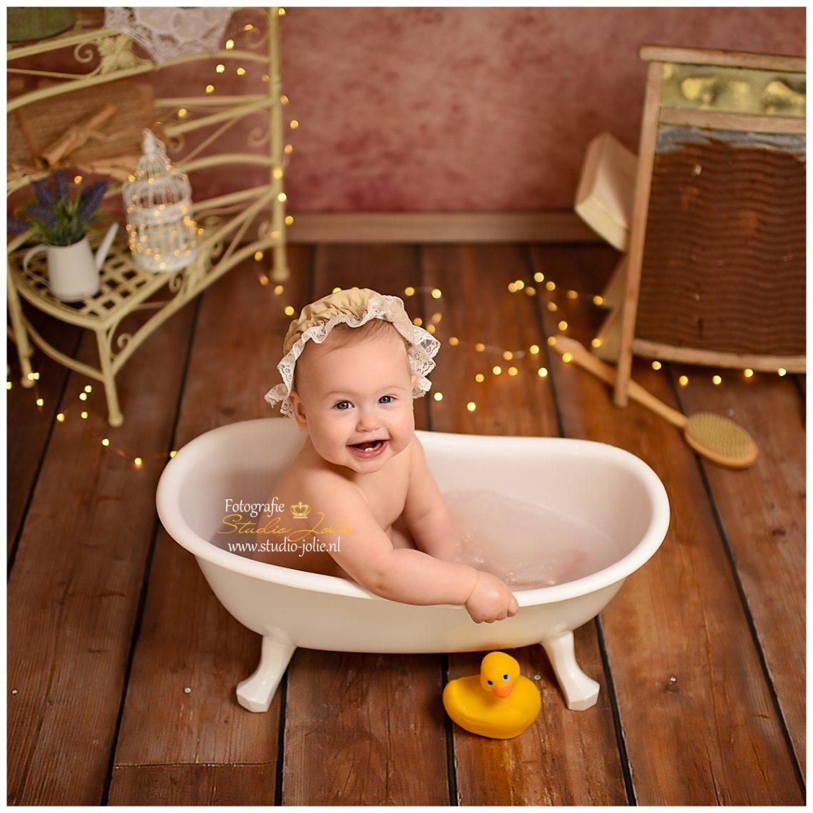 Cakesmash vrolijke baby in romantisch decor