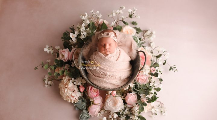 newborn fotoshoot met bloemen